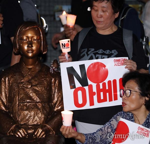 촛불 들고 소녀상 앞에 모인 시민들 3일 오후 서울 종로구 옛 일본대사관 앞에서 아베규탄 시민행동 주최로 열린 '역사왜곡, 경제침략, 평화위협 아베정권 규탄 3차 촛불문화제'에 참가한 시민들이 촛불을 들고 소녀상을 지키고 있다.