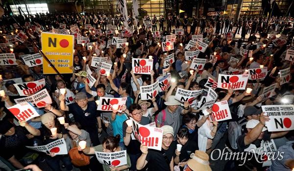 일본대사관 앞으로 행진하는 시민들 3일 오후 서울 종로구 일본대사관 앞에서 아베규탄 시민행동 주최로 열린 '역사왜곡, 경제침략, 평화위협 아베정권 규탄 3차 촛불문화제'에서 참가자들이 촛불을 들고 행진하고 있다.