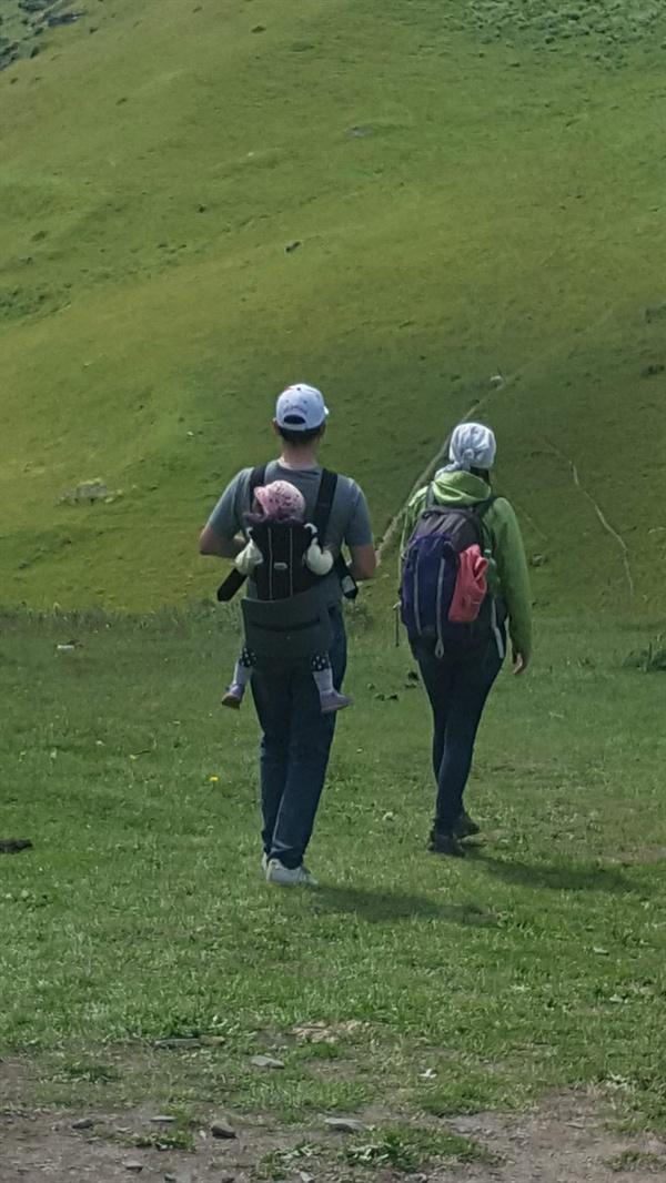 카즈베기 산을 아이를 등에 들춰 맨 젊은 아빠와 엄마가 나란히 걷는 모습이 그들의 사랑이 느껴져 참 부러웠다.