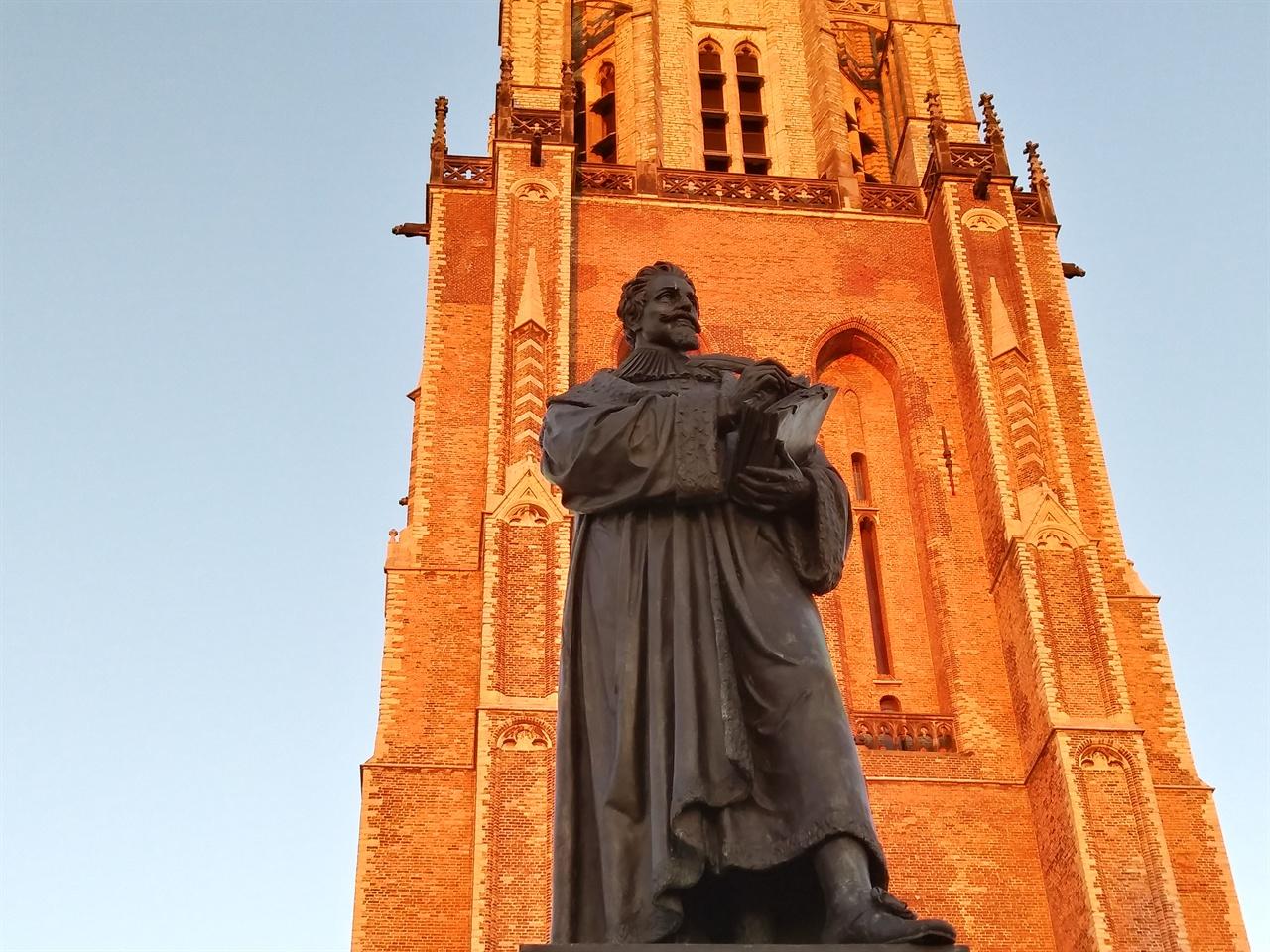 신교회 앞에 있는 그로티우스 동상