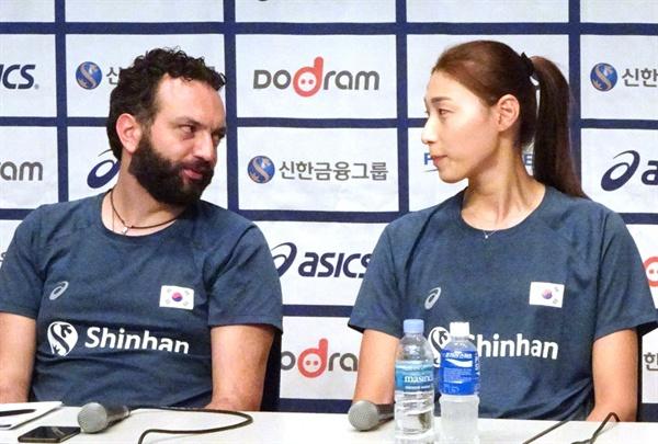 여자 배구 대표팀의 라바리니 감독과 김연경.