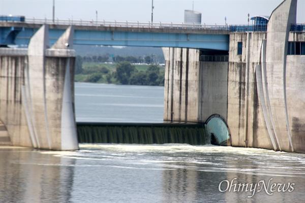8월 4일 낙동강 창녕함안보의 녹조. 이날 보 수문 3개에서 물이 넘쳐 흐르면서 녹조가 섞여 있어 물은 녹색을 띠었다.