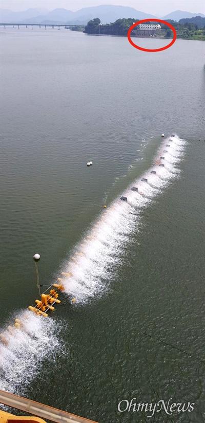 8월 4일 경남 남지철교 부근의 낙동강 녹조. 하류 쪽 칠서취수장(원안)에도 녹조가 발생해 폭기장치가 가동되고 있었다.