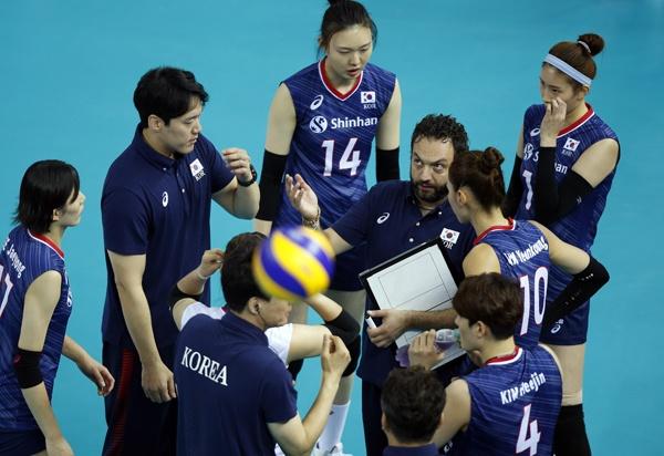 한국 여자배구 대표팀은 마지막 고비를 넘지 못하고 올림픽 본선 티켓 조기 획득에 실패했다.