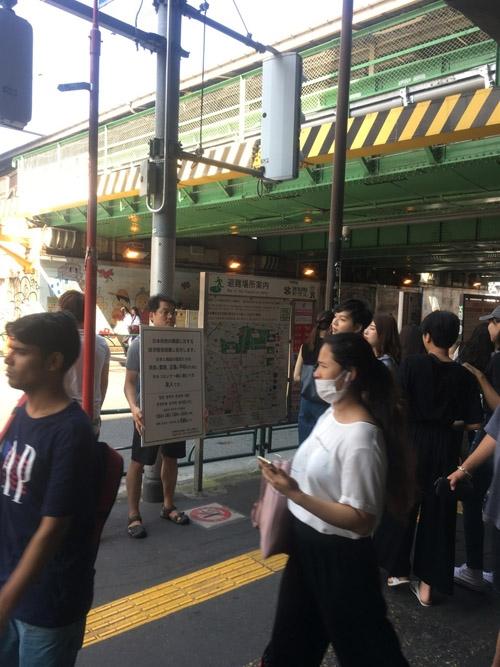 신오쿠보 역 앞에서의 1인 시위 모습 지난 주말 오후, 2시간 동안 신오쿠보 역 앞에 섰다. 시위를 방해한 건 일본인이 아니라 찜통더위였다.