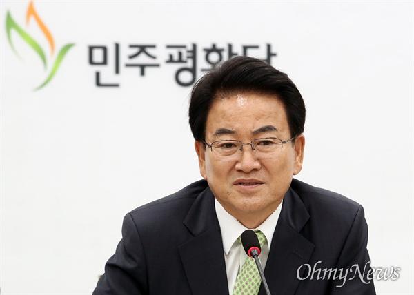 정동영 민주평화당 대표가 5일 오전 서울 여이도 국회 당대표실에서 당 진로와 관련해 입장을 발표하고 있다.