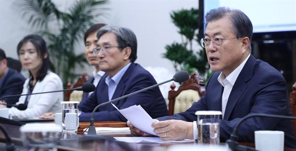 문재인 대통령이 5일 오후 청와대에서 수석·보좌관 회의를 주재하고 있다. 지난 2일 일본 화이트리스트 관련 긴급 국무회의 소집 후 사흘 만의 공식 회의 발언이다.
