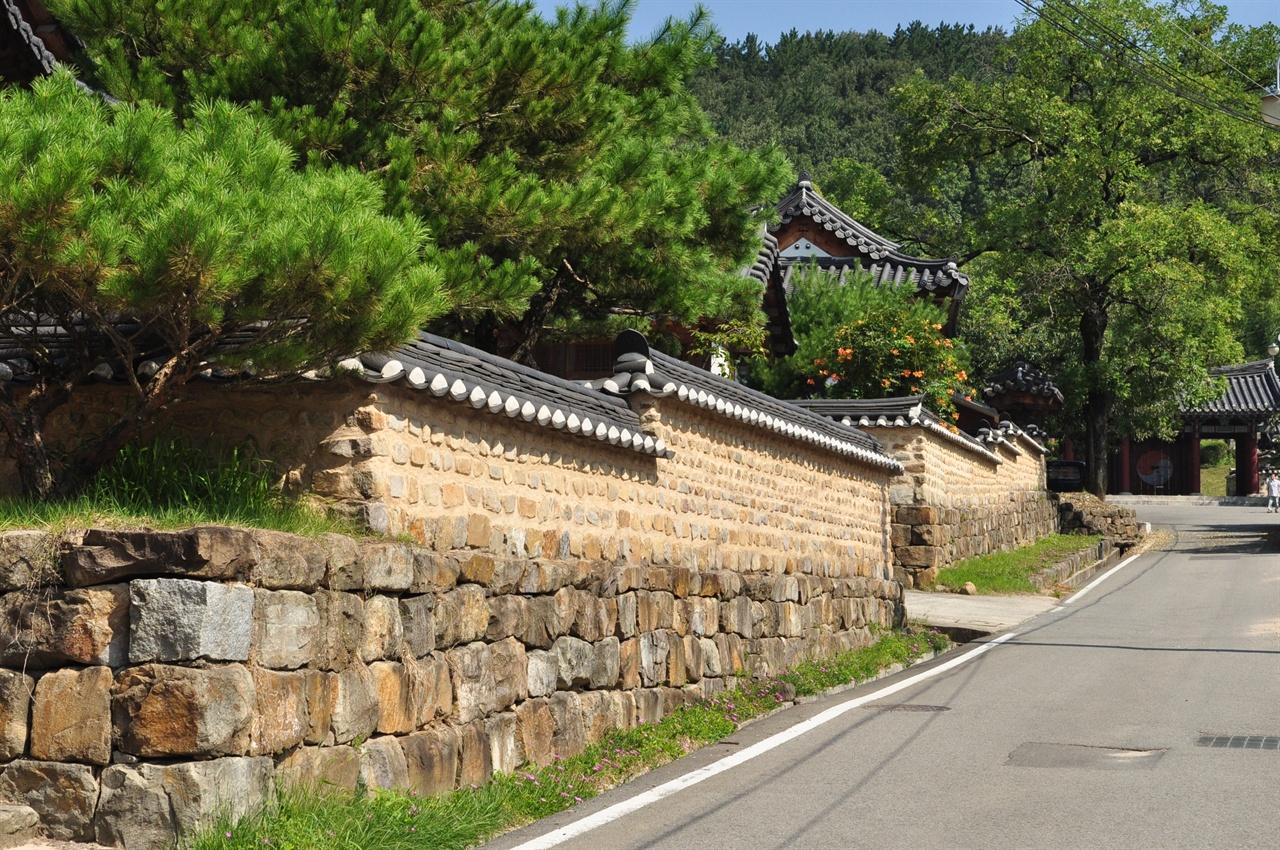 길끝에 육신사입구가 보인다. 묘골마을의 전통 한옥들은 단아하고 아름답다.