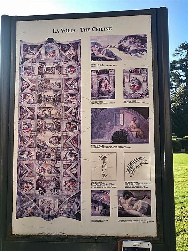 바티칸 박물관 피냐 정원에 있는 미켈란젤로 <천지창조> 그림판 모습