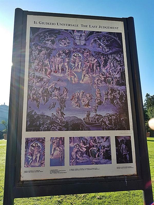바티칸 박물관 피냐 정원에 있는 미켈란젤로의 <최후의 심판> 그림판 모습