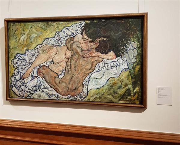 에곤 실레의 <포옹> 에곤 실레의 <포옹>은 몽환적이라기 보다 초월적이다. 클림트의 <키스>에서 느끼는 것과는 다른 감흥을 주었다