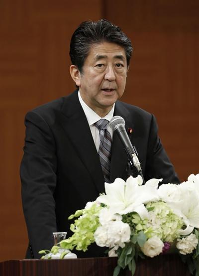 """기자회견하는 아베 총리 아베 신조 일본 총리가 6일 히로시마 평화기념공원에서 열린 원폭 희생자 위령식에 참석한 뒤 기자회견을 하고 있다. 아베 총리는 이 자리에서 """"한국이 한일 청구권협정을 위반하는 행위를 일방적으로 하면서 국제조약을 깨고 있다""""는 주장을 폈다"""