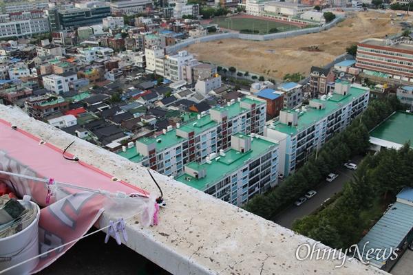 영남대의료원 해고노동자 2명이 고공농성을 벌이고 있는 70m 높이의 병원 옥상에서 내려다본 모습. 난간이 설치돼 있지 않아 서 있기에도 위험하다.