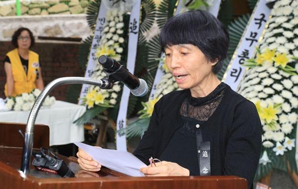"""6일 합천원폭복지회관에서 열린 """"제74주기 원폭희생자 추모제""""에서 일본 시민단체인 '한국원폭피해자를 돕는 시민모임' 이치바 준코 회장이 추도사를 하고 있다."""