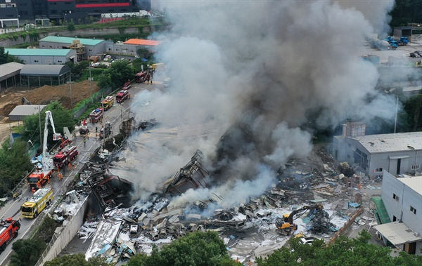 6일 오후 안성시 양성면의 종이상자 제조공장에서 원인 모를 폭발에 의한 것으로 추정되는 불이나 소방대원들이 진화작업을 하고 있다. 이 불로 안성소방서 소속 소방관 1명 사망하고, 1명이 다쳤다. 이들은 진화 작업 과정에서 화를 당한 것으로 알려졌다. 또 공장 관계자 등 6명이 화재 여파로 부상한 것으로 확인됐다.
