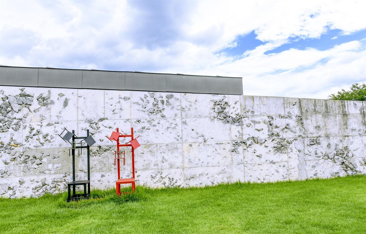 미술관의 거친 담벼락에 휴식을 전시해 놓았다.
