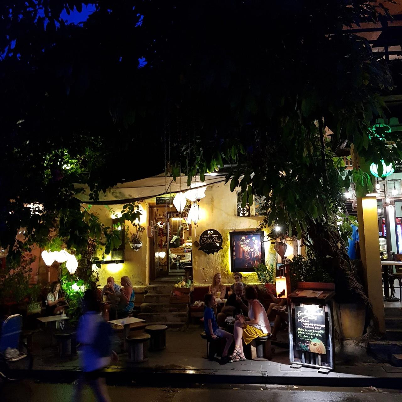호이안 올드타운 거리 곳곳에 앉아있는 관광객들