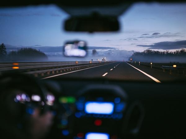 쏟아지는 비를 맞으며 트렁크 가득 짐을 실었다. 새벽부터 진한 커피를 마시며 운전을 시작했다. 여름휴가 출발부터 계획대로 되지 않는다.