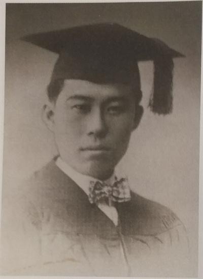 김성숙 중산대학 졸업사진. 김성숙은 북경민국대학에서 수학하다가 1926년 7월 중산대학 법학과로 전학하여 1928년 졸업하였다.  김성숙 중산대학 졸업사진. 김성숙은 북경민국대학에서 수학하다가 1926년 7월 중산대학 법학과로 전학하여 1928년 졸업하였다.