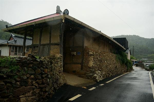 초호마을 정경 세월 따라 돌담은 검어지고 오래돼 보이는 집 몇 채가 영글어 가고 있다.