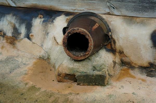 문간채 굴뚝 오지그릇 밑동을 조심스럽게 깨서 굴뚝을 만들어 정이 더 가는 굴뚝이다.