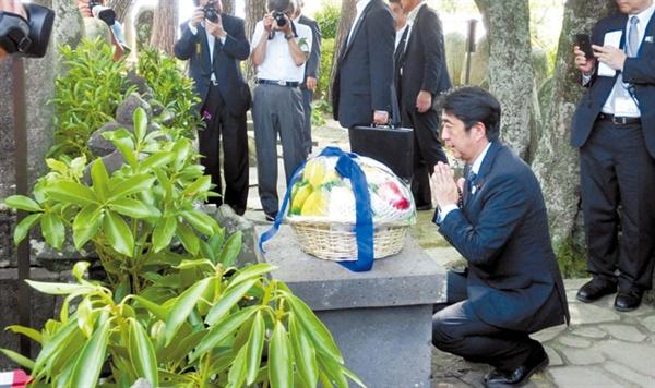 """쇼인 묘지에 참배라는 아베 2013년 8월 13일 아베 신조 일본 총리가 고향 야마구치현으로 내려가 일본 우익의 정신적 영웅 요시다 쇼인 묘소를 참배하며 """"올바른 판단을 하겠다""""고 맹세하는 모습"""