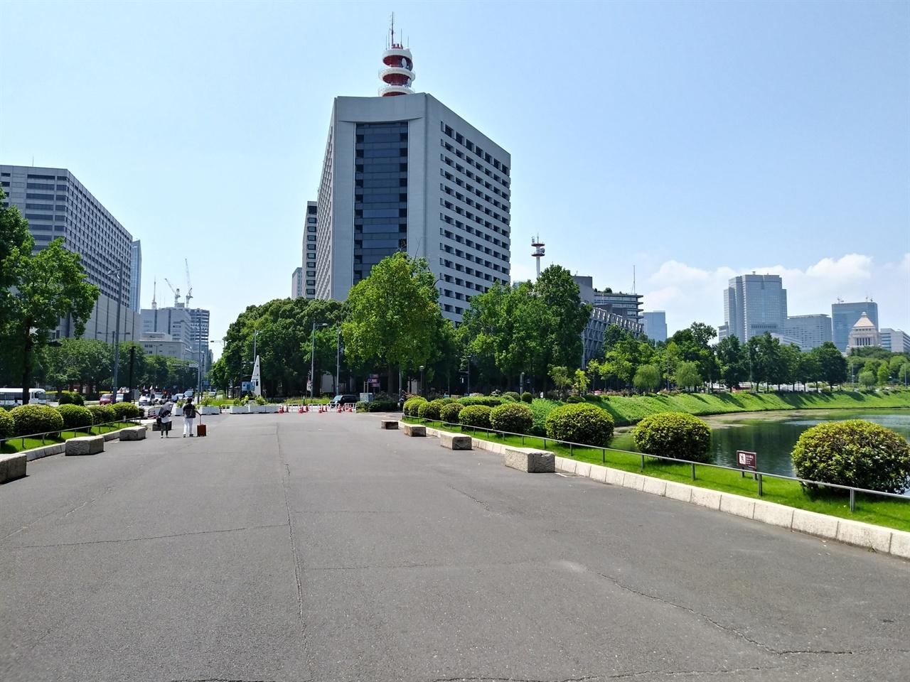 사쿠라다몬에서 건네다 본 도쿄 도심 전경 사진 앞 아스팔트가 해자 위에 놓인 다리로, 한인애국단원 이봉창 의사가 쇼와 일왕을 위해 폭탄을 투척한 현장이다. 가운데 건물은 일본 경시청이고, 오른편 고풍스러운 건물이 일본 국회의사당이다. 순간, 경시청 앞으로 전범기를 내건 '혐한 시위대'가 요란하게 지나갔는데, 사진 왼쪽에 담겼다.