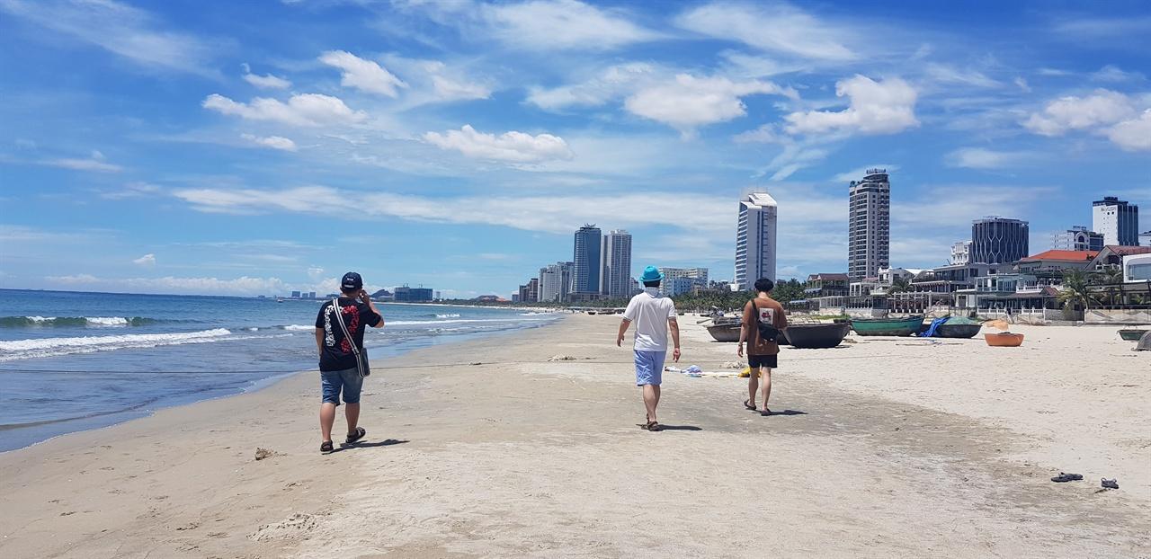다낭 미케비치, 해변길이가 10km에 달하는 해변으로 일출 명소다.