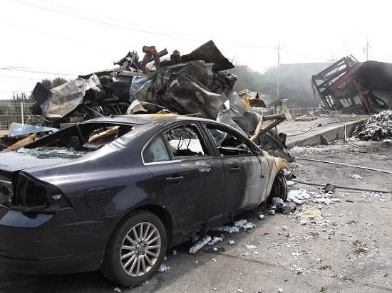 화재현장 잎 불타버린 차량 화재현장 앞에 불타버린 차량은 원래 폐기된 것으로 보일만큼 훼손되어 있었다.