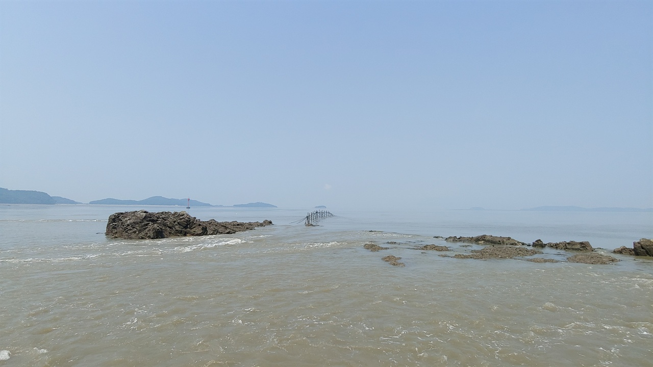 아차도 서쪽 해변. 마을 뒷쪽으로 난 포장도로를 따라가다보면 일부러 꼭꼭 숨겨놓은 듯한, 또 다른 모습의 아차도 해변 풍경을 만날 수 있다. 멀리 보이는 섬은 볼음도이다.