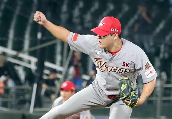 프로야구 SK 마무리 투수 하재훈이 2019년 7월 28일 부산 사직야구장에서 롯데 선수들을 상대로 공을 던지고 있다.