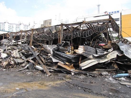 화재진압이 완료된 공장 화재진압이 완료된 공장