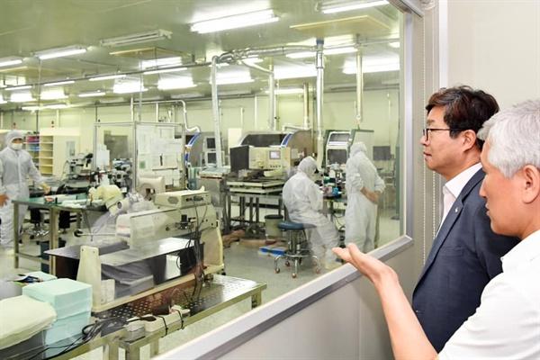 염태영 수원시장이 7일 일본의 수출규제로 위기에 놓인 중소기업을 찾아가 애로사항을 듣고, 지원 방안을 논의했다.
