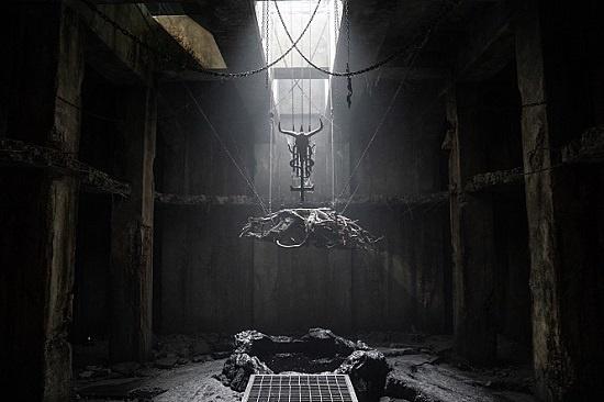 '지하 제단'이 있는 클럽 '바빌론' 건물은 대표적인 상상 속 공간이다.