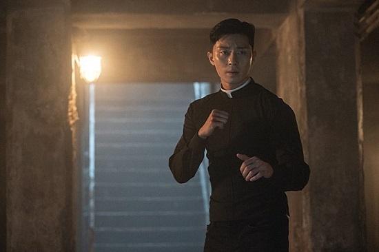 영화 <사자>를 만든 김주환 감독은 이번 작품의 장르가 '오컬트'보다 '판타지'에 가깝다고 했다.