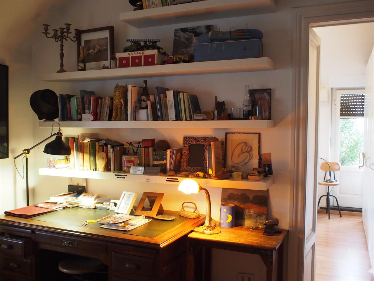 이탈리아 밀라노 에어비앤비 숙소. 서가에 반해 숙박을 결정했다. 책은 원서라서 마음의 눈으로 읽었다.