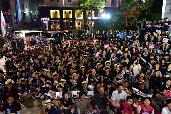 아베정권 규탄대회 참가자들이 춤을 추며 노래를 부르고 있다.