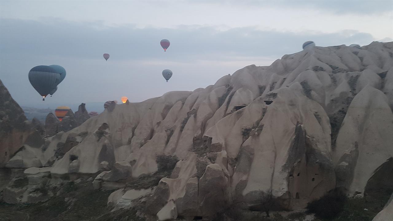 크고 작은 바위들이 산을 이뤄 보는 이로 하여금 저절로 감탄사를 자아내게 합니다.