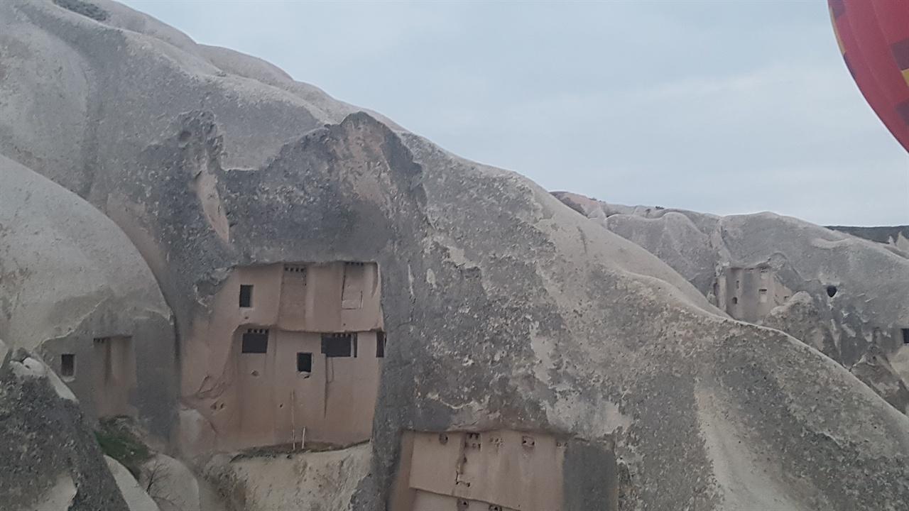큰 바위 동굴에서 아주 오래전부터 거대한 지하도시를 세워 살고 있었다는 사실이 놀랍습니다. 숨구멍처럼 뚫려있는 곳에 지하동굴이 있습니다.