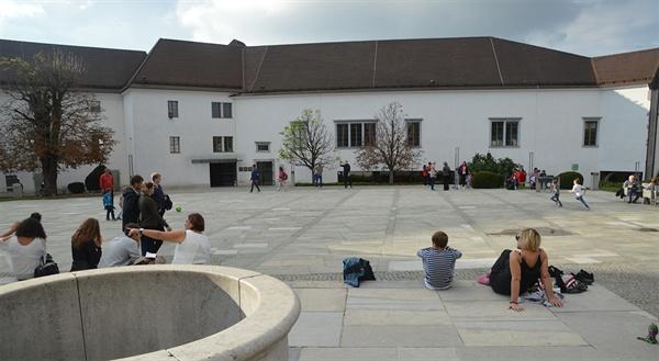 류블랴나 성 안마당. 무료로 입장할 수 있는 성 안마당은 시민들의 휴식처이다.