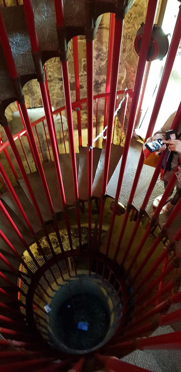 전망대 계단. 새빨간 색상의 구불구불한 계단 난간이 계속 이어진다.