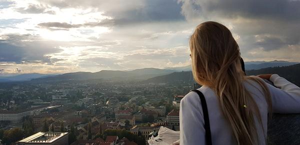 류블랴나 전망.  류블랴나 전망에 취한 여인이 자리를 떠날 줄 모른다.