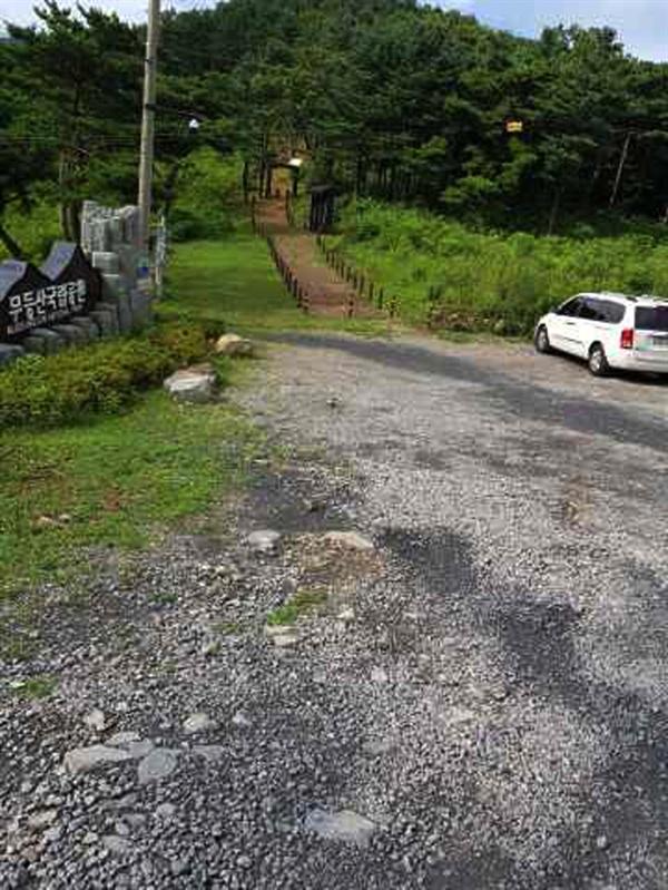 도로를 뒤덮은 검은 가루는 점차 주변으로 확산되고 있다.