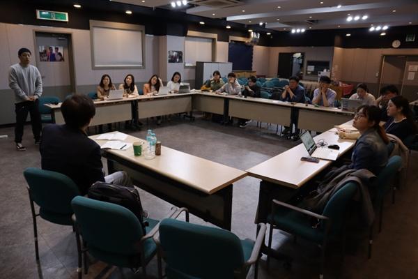 함께일하는재단 지하교육실에서 사회적기업가육성사업이 진행되고 있다.