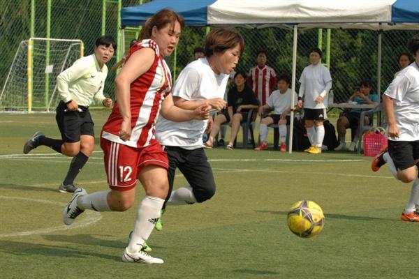 제2회 언니들 축구대회에서 언니조 경기가 진행되고 있는 모습.