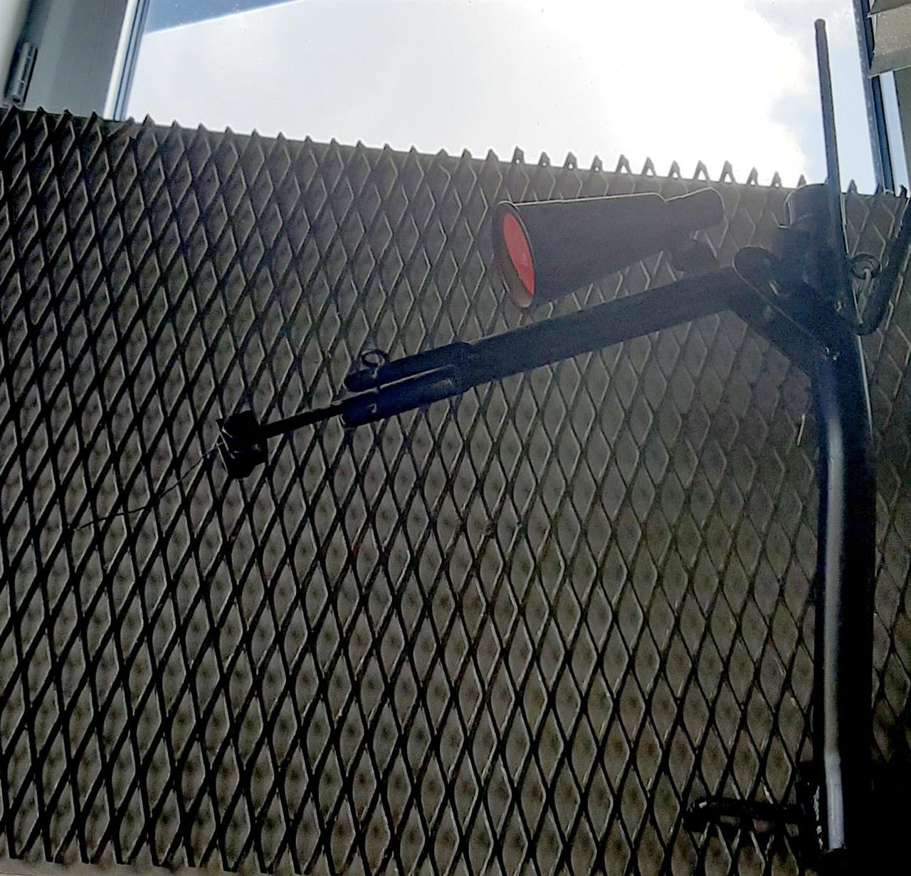 박물관에 있던 자동무기. 철조망을 건들면 힘을 받아 총이 저절로 나가는 시스템이다.