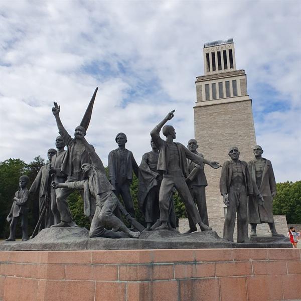부헨발트 강제수용소 인근에 위치한 동상이다.