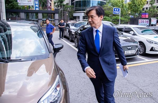 법무부 장관 후보자로 내정된 조국 전 청와대 민정수석이 9일 오후 서울 종로구 인사청문회 준비단이 마련된 사무실로 향하고 있다.