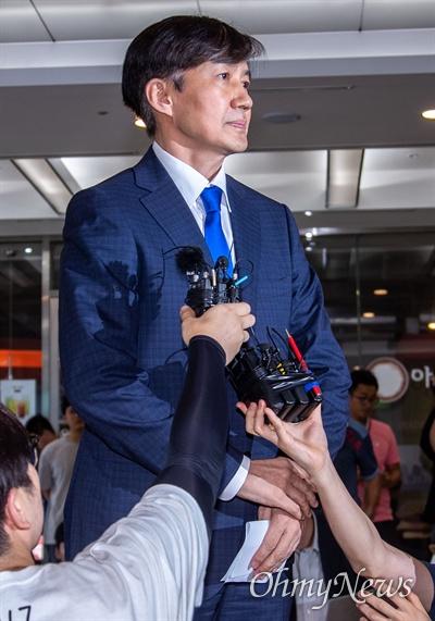 법무부 장관 후보자로 내정된 조국 전 청와대 민정수석이 9일 오후 서울 종로구 인사청문회 준비단이 마련된 사무실 로비에서 입장을 발표하고 있다.