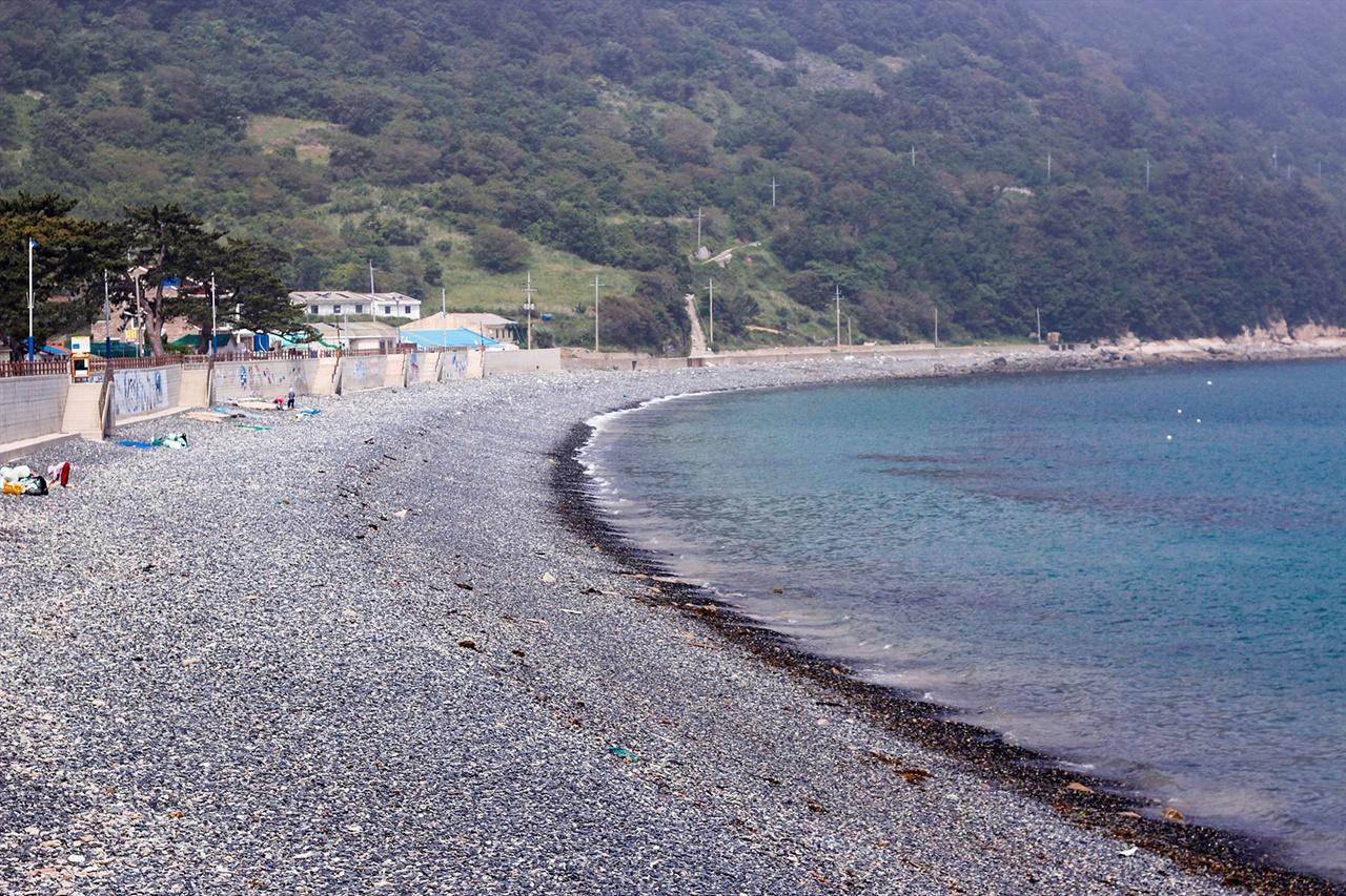 추봉도 추봉도를 방문하는 대부분 여행객들은 봉암 몽돌해수욕장을 많이 찾는다.